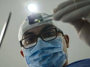 Смоленские приставы помогли вернуть работу уволенному хирургу