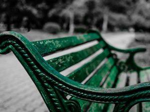 Скамейки и урны ремонтируют в парках Смоленска