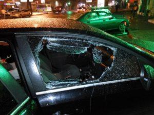 Смолянка разбила машину бывшего сожителя топором