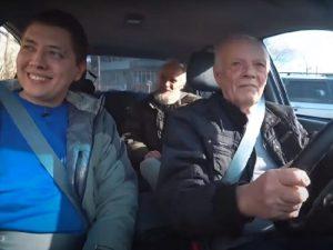Автоблогер подарил смоленскому пенсионеру машину на «автомате»