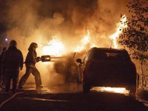 В Смоленске поздно вечером загорелись 3 автомобиля