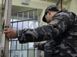 В Смоленской области заключенный сломал нос сотруднику УФСИН