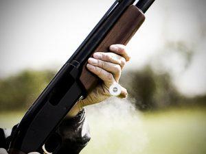 Под Смоленском мужчина с винтовкой напал на сотрудницу столовой