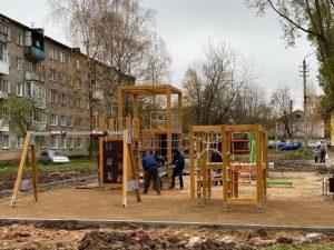Игровой комплекс для детей доделывают на улице Крупской в Смоленске