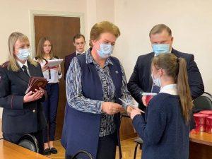 Ольга Окунева вручила юным смолянам их первые паспорта