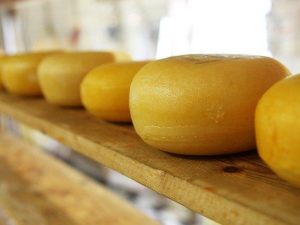 Санкционные хурму и сыр нашли на Заднепровском рынке в Смоленске