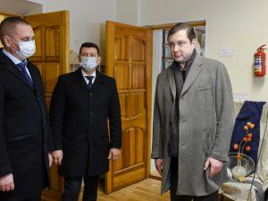 Губернатор Алексей Островский проинспектировал результаты ремонта в Смоленской Детской школе искусств №8