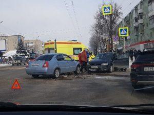В Смоленске «Нива» с иномаркой не поделили перекресток