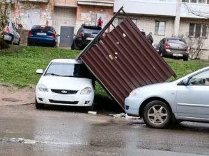 В Смоленске легковушку придавило мусоркой