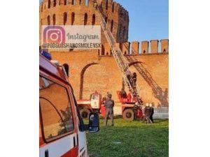 В Смоленске сотрудники МЧС спасли с Крепостной стены четверых молодых людей