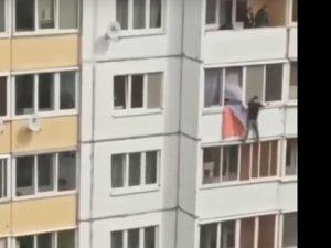 Появилось видео падения мужчины из окна многоэтажки на Королевке в Смоленске