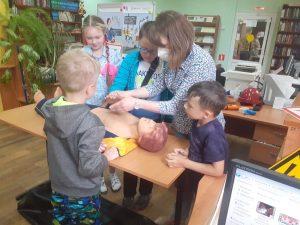 Школьники участвуют в уроках электробезопасности Смоленскэнерго во время летних каникул