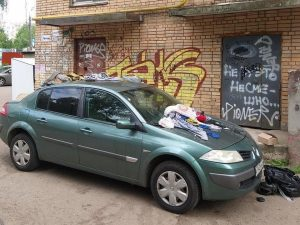 В Смоленске жильцы многоквартирного дома «грязно» наказали автохама
